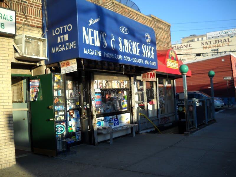 Στάσεις με τις εφημερίδες για την πώληση έξω από ένα κατάστημα στοκ εικόνες με δικαίωμα ελεύθερης χρήσης