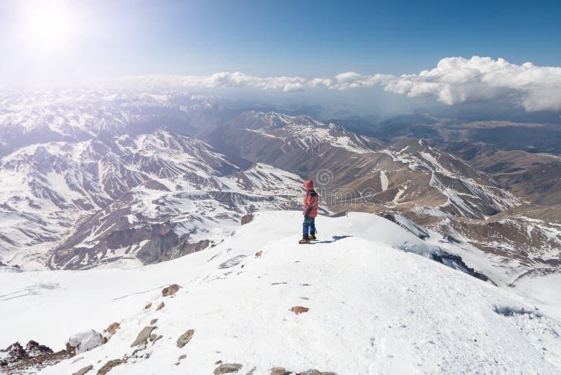 Στάσεις ορειβατών στην κορυφή Elbrus 5642m στοκ εικόνα