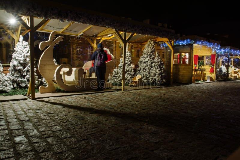 Στάσεις στην αγορά Χριστουγέννων, περιοχές ελεύθερου χρόνου και ψυχαγωγίας, στοκ εικόνα με δικαίωμα ελεύθερης χρήσης