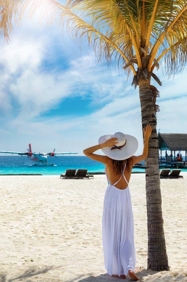 Στάσεις ταξιδιωτικών γυναικών μόδας σε μια τροπική παραλία στοκ φωτογραφία με δικαίωμα ελεύθερης χρήσης