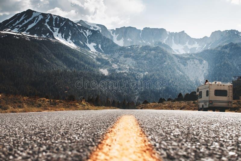 Στάσεις τροχόσπιτων rv στην πλευρά του δρόμου στο υπόβαθρο του τεράστιου βουνού στοκ φωτογραφίες