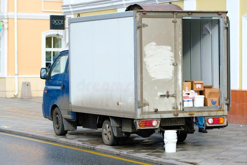 Στάσεις φορτηγών σε μια εκφόρτωση κοντά στην πύλη αποθηκών εμπορευμάτων στοκ εικόνες
