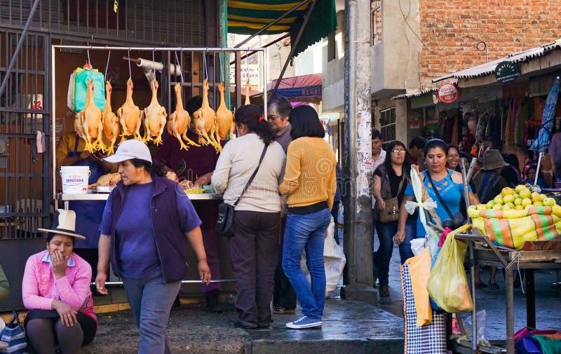 Στάση αγοράς των κοτόπουλων μιας πουλερικών χασάπηδων πώλησης και περισσότεροι στις πολυάσχολες οδούς αγοράς Huaraz στοκ εικόνες με δικαίωμα ελεύθερης χρήσης