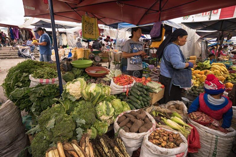 Στάση λαχανικών και φρούτων στην αγορά Otavalo στοκ εικόνα με δικαίωμα ελεύθερης χρήσης