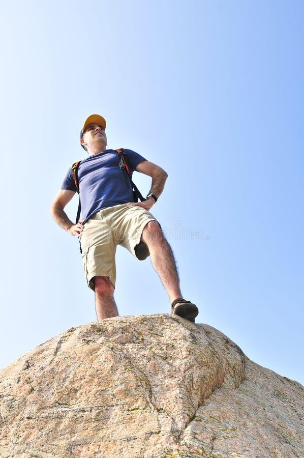 στάση βράχου οδοιπόρων στοκ φωτογραφία με δικαίωμα ελεύθερης χρήσης