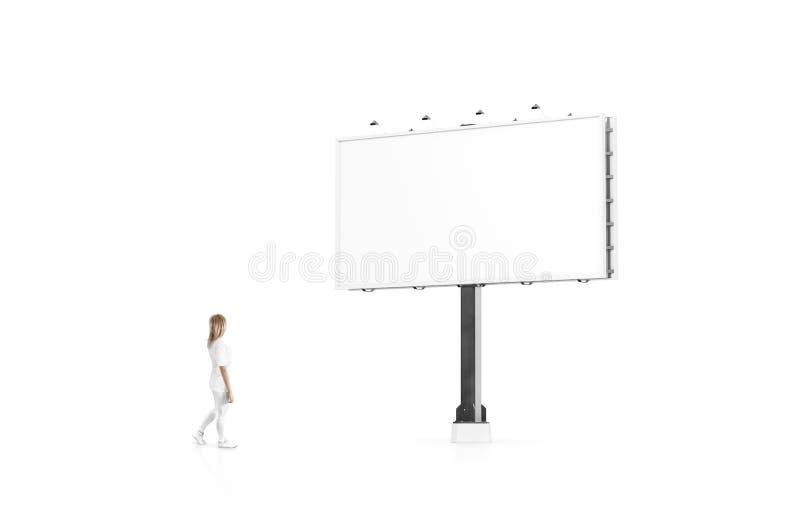 Στάση γυναικών εκτός από την κενή άσπρη χλεύη εμβλημάτων επάνω στον πίνακα διαφημίσεων πόλεων στοκ εικόνες