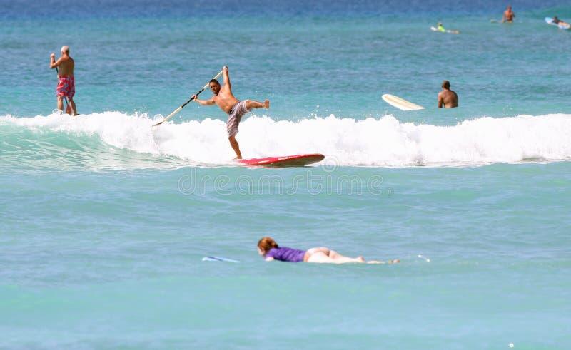 Στάση επάνω στις πτώσεις Surfer κουπιών στοκ φωτογραφία με δικαίωμα ελεύθερης χρήσης