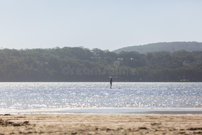 Στάση επάνω στο κουπί που επιβιβάζεται στη λίμνη στοκ φωτογραφία με δικαίωμα ελεύθερης χρήσης