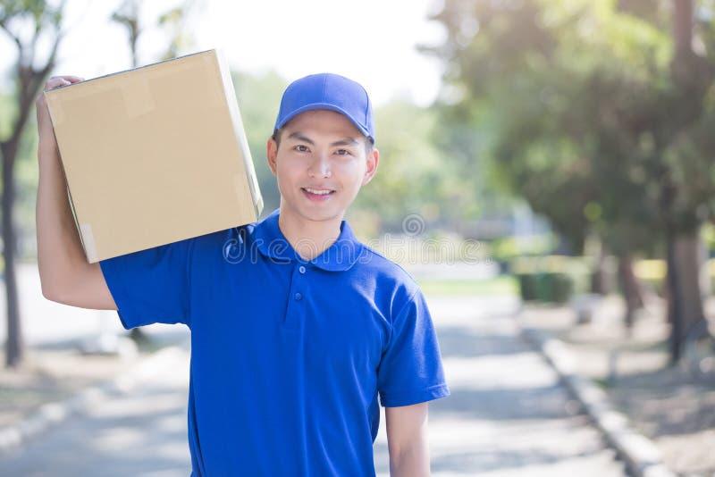 Στάση και χαμόγελο Deliveryman στοκ εικόνες