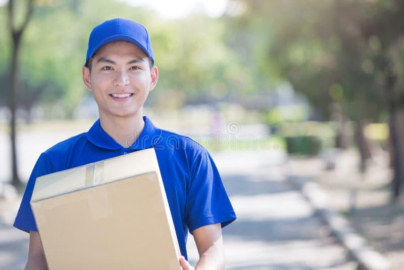 Στάση και χαμόγελο Deliveryman στοκ εικόνα