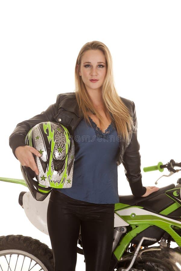 Στάση κρανών λαβής γυναικών με το ποδήλατο στοκ φωτογραφία