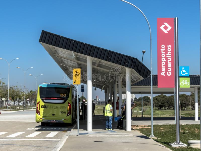 Στάση λεωφορείου στην έξοδο του σταθμού αερολιμένων Guraulhos CPTM στοκ φωτογραφία
