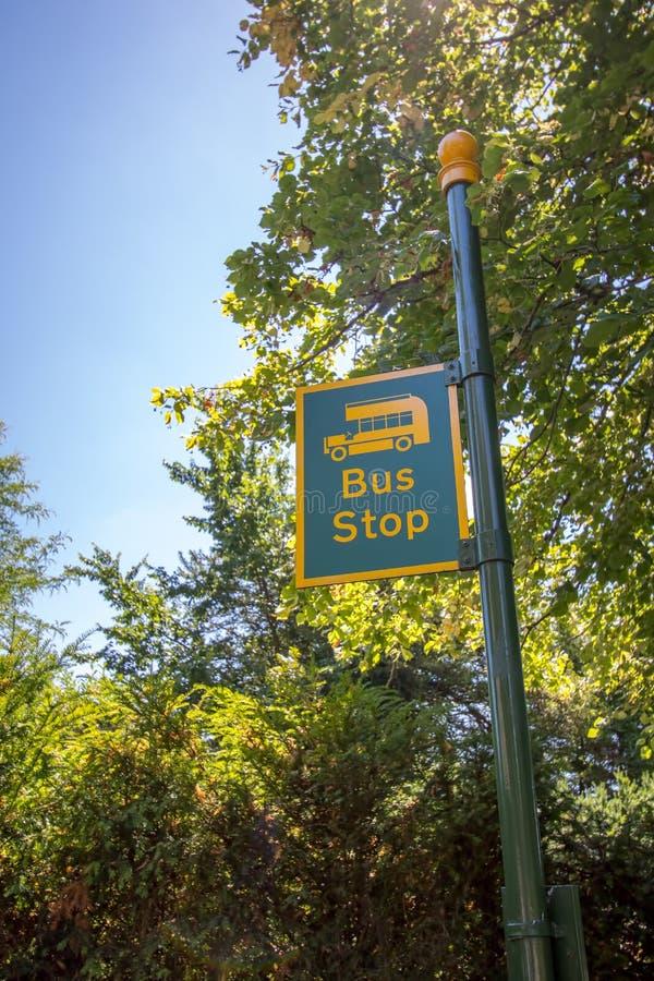 Στάση λεωφορείου χώρας Η αγροτική θέση σημαδιών χρωμάτισε κίτρινος και πράσινος στοκ φωτογραφίες με δικαίωμα ελεύθερης χρήσης