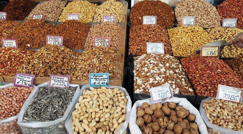 Στάση με τα διαφορετικά είδη καρυδιών στην αγορά οδών στοκ φωτογραφία