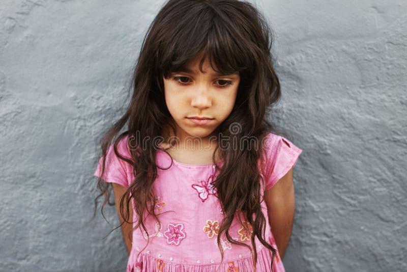 Στάση μικρών κοριτσιών που φαίνεται στοκ φωτογραφίες με δικαίωμα ελεύθερης χρήσης