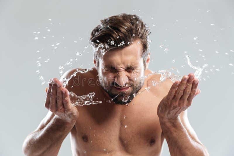 Στάση νεαρών άνδρων που απομονώνεται πέρα από το γκρίζο πρόσωπο πλυσιμάτων υποβάθρου στοκ φωτογραφίες με δικαίωμα ελεύθερης χρήσης