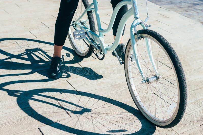 Στάση ποδιών του θηλυκού κινηματογραφήσεων σε πρώτο πλάνο που στηρίζεται κατά τη διάρκεια του γύρου ποδηλάτων στοκ εικόνες με δικαίωμα ελεύθερης χρήσης