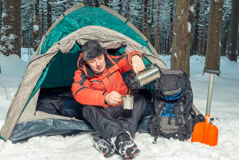 Στάση σε ένα πεζοπορώ στο χειμερινό δάσος στοκ φωτογραφία με δικαίωμα ελεύθερης χρήσης