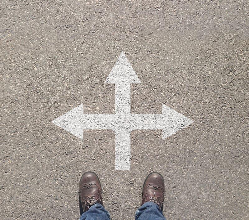 Στάση στο σταυροδρόμι που λαμβάνει την απόφαση που τρόπος να πάει στοκ εικόνες