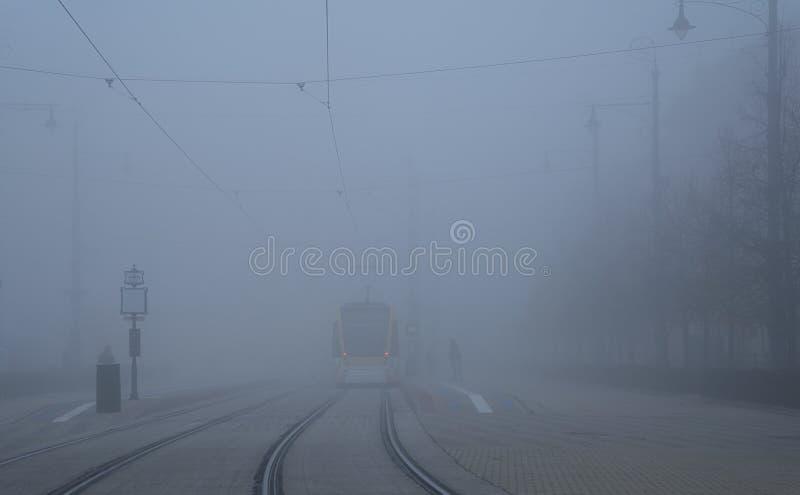 Στάση τραμ στην πόλη μια ομιχλώδης ημέρα στοκ εικόνες