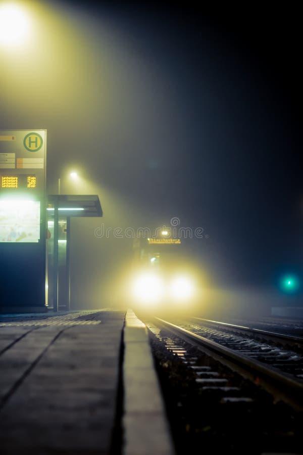 Στάση τραμ τη νύχτα και με την ομίχλη στοκ εικόνες