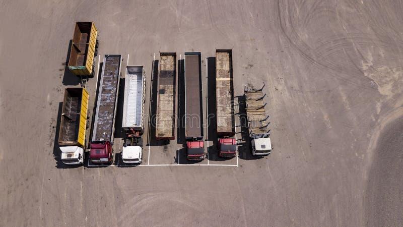 Στάση φορτηγών σε έναν χώρο στάθμευσης σειρών - τοπ άποψη από τον κηφήνα στοκ φωτογραφία με δικαίωμα ελεύθερης χρήσης