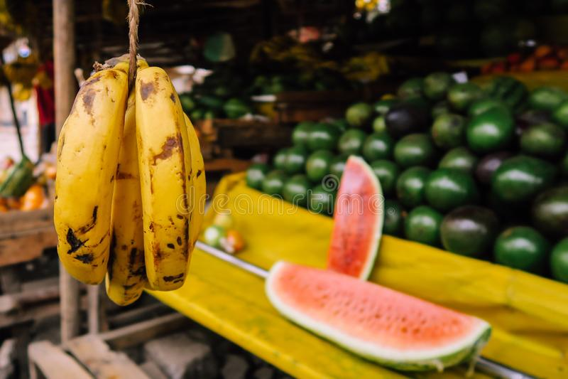 Στάση φρούτων στη ζωηρόχρωμη αγορά στο Ναϊρόμπι, Κένυα στοκ εικόνες με δικαίωμα ελεύθερης χρήσης