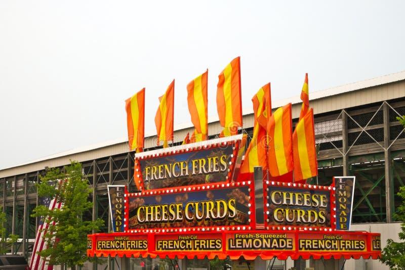 Στάση χλωροτυριού τυριών και τροφίμων τηγανιτών πατατών στην έκθεση νομών στοκ φωτογραφία με δικαίωμα ελεύθερης χρήσης