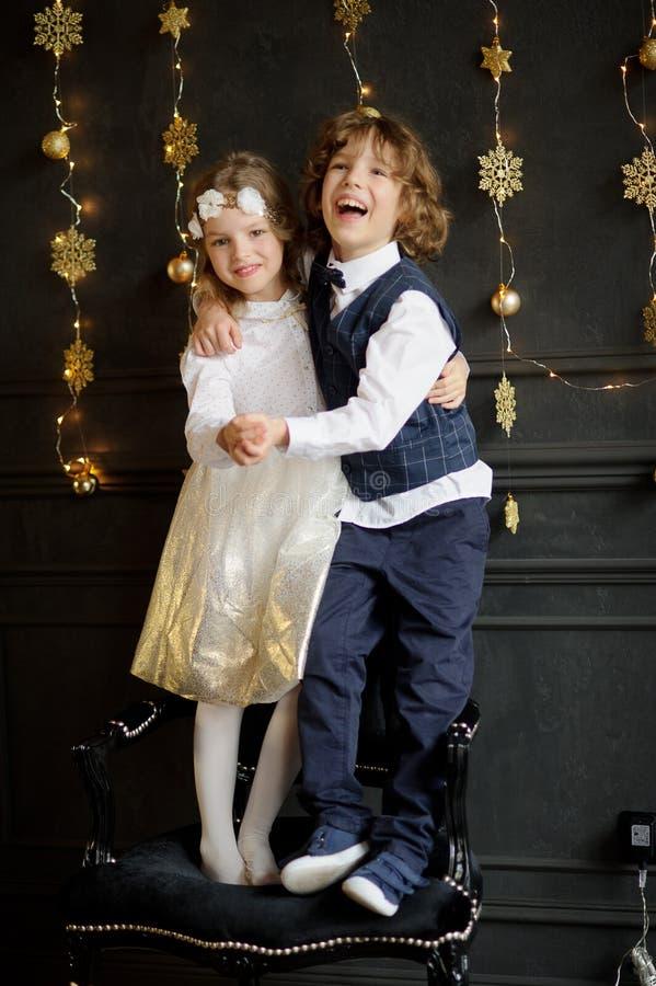 Στάση δύο γοητευτική παιδιών που έχει ενώσει τα χέρια στοκ εικόνες με δικαίωμα ελεύθερης χρήσης