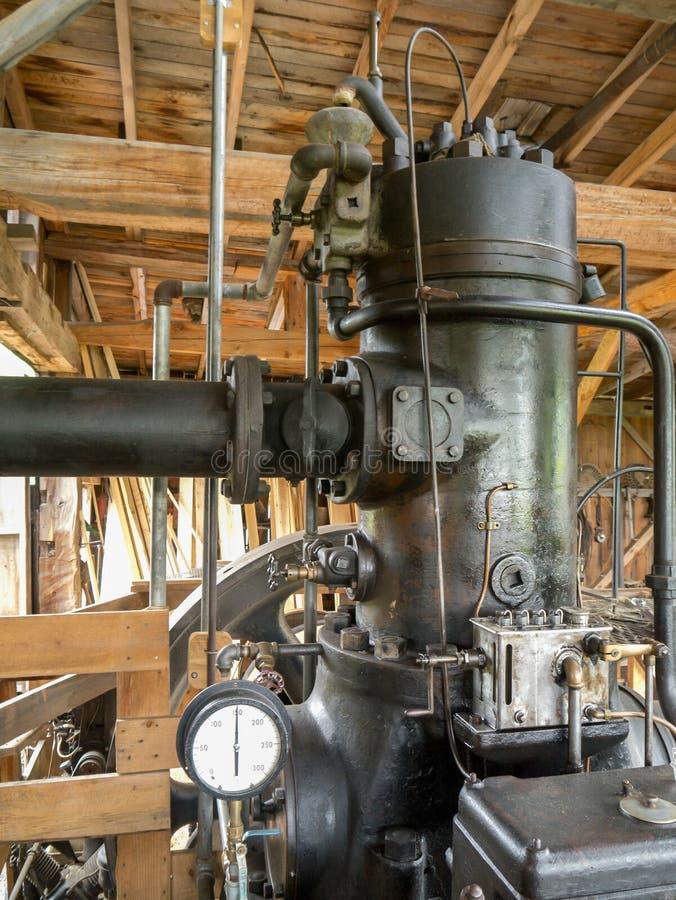 Στάσιμη μηχανή ατμού στην παλαιά σιταποθήκη στοκ φωτογραφία με δικαίωμα ελεύθερης χρήσης