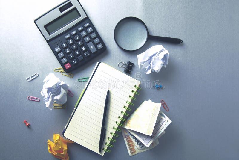 Στάσιμος και χρήματα στο γραφείο στοκ εικόνα με δικαίωμα ελεύθερης χρήσης