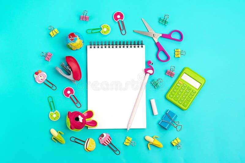 Στάσιμος, πίσω στο σχολείο, το θερινό χρόνο, τη δημιουργικότητα και την έννοια εκπαίδευσης στοκ εικόνα