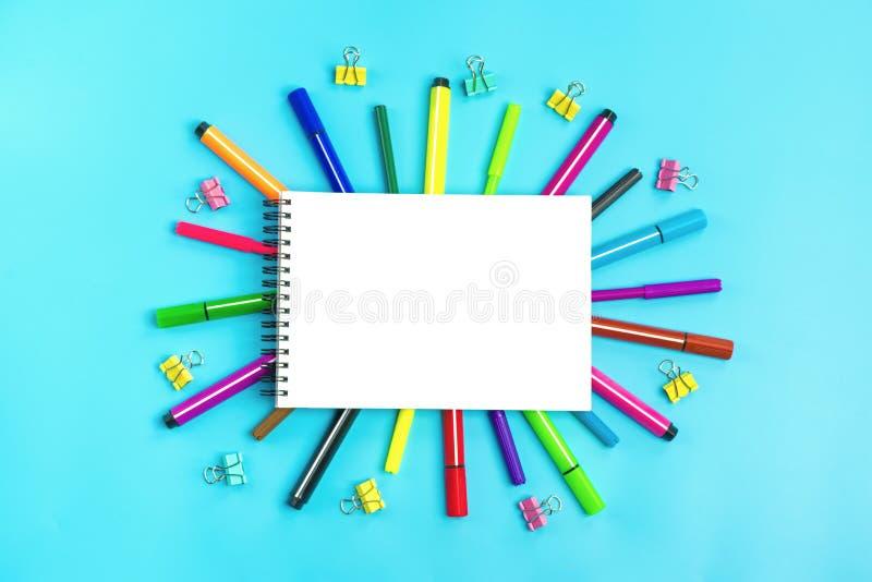 Στάσιμος, πίσω στο σχολείο, το θερινό χρόνο, τη δημιουργικότητα και την έννοια εκπαίδευσης στοκ φωτογραφία