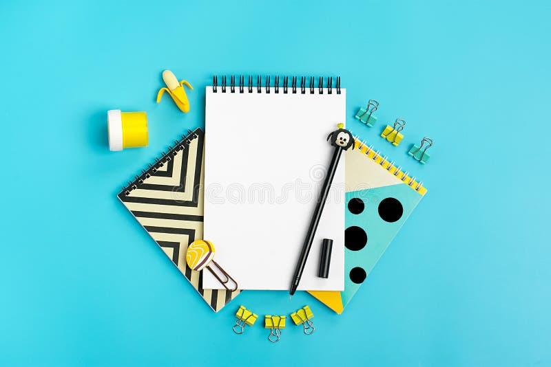 Στάσιμος, πίσω στο σχολείο, το θερινό χρόνο, τη δημιουργικότητα και την έννοια εκπαίδευσης στοκ εικόνες