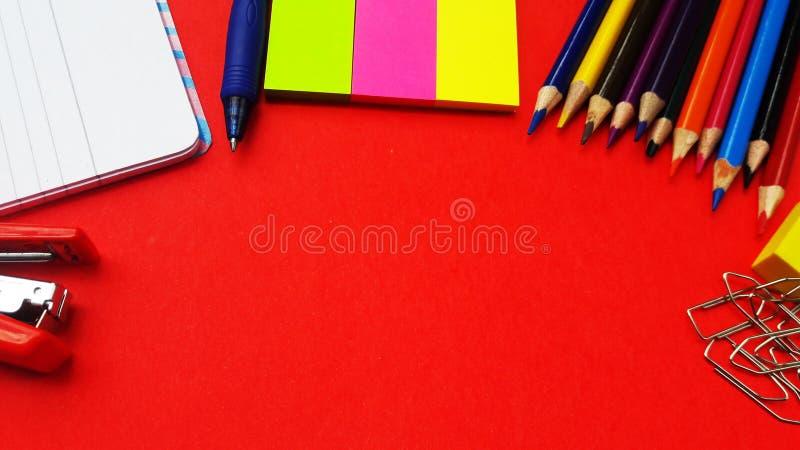 στάσιμος που απομονώνεται στο κόκκινο υπόβαθρο με το διάστημα κειμένων στοκ εικόνα με δικαίωμα ελεύθερης χρήσης