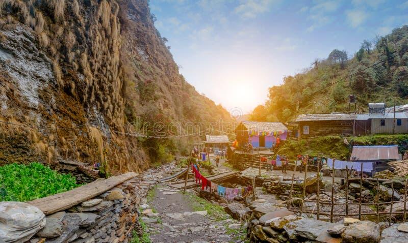 Στέγαση και νεπαλικό σπίτι στο βουνό στον τρόπο στοκ εικόνα με δικαίωμα ελεύθερης χρήσης