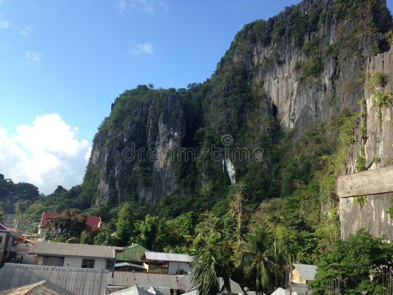 Στέγες μεταξύ των μεγάλων βουνών στοκ φωτογραφίες