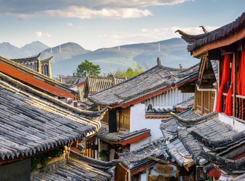 Στέγες παραδοσιακού κινέζικου των σπιτιών, η παλαιά πόλη Lijiang στοκ φωτογραφίες