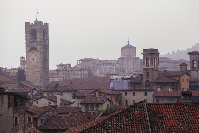 Στέγες πύργων και σπιτιών κουδουνιών του Μπέργκαμο στοκ φωτογραφία με δικαίωμα ελεύθερης χρήσης