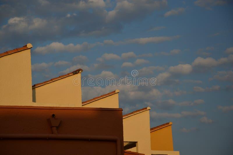 Στέγες στον ουρανό με το νεφελώδες υπόβαθρο στοκ φωτογραφία με δικαίωμα ελεύθερης χρήσης