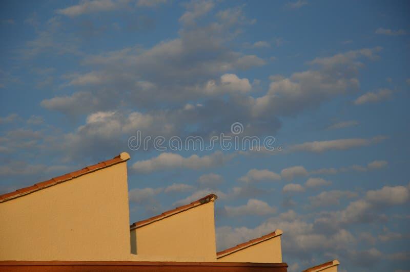 Στέγες στον ουρανό με το νεφελώδες υπόβαθρο στοκ εικόνες με δικαίωμα ελεύθερης χρήσης