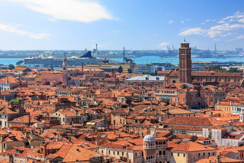 Στέγες της Βενετίας και ο λιμένας με ένα cruiseship, εναέρια άποψη στοκ εικόνες