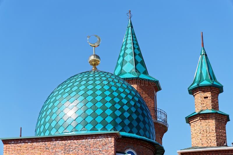 Στέγες του μουσουλμανικού τεμένους κάτω από την κατασκευή ενάντια στο σαφή μπλε ουρανό στοκ φωτογραφίες με δικαίωμα ελεύθερης χρήσης