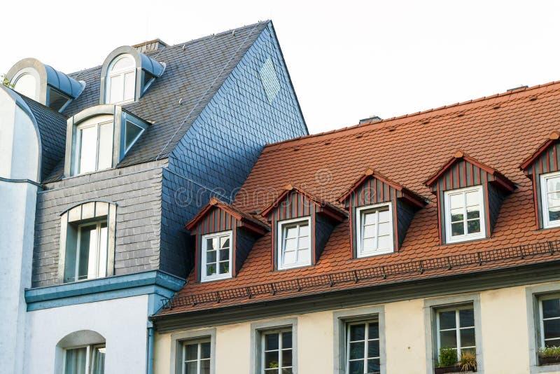 Στέγες των παλαιών σπιτιών με τα παράθυρα στεγών και των πορτοκαλιών κεραμιδιών στεγών στο Γ στοκ εικόνες