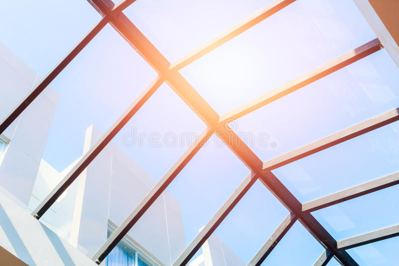 Στέγη ανώτατου γυαλιού, eco που χτίζει το εσωτερικό φυσικό πέρασμα φωτισμού κατευθείαν στοκ φωτογραφία με δικαίωμα ελεύθερης χρήσης