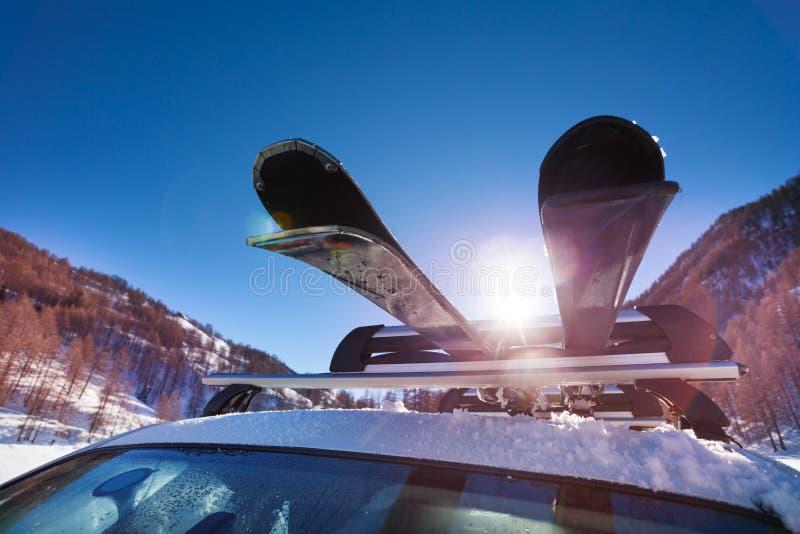 Στέγη αυτοκινήτων με δύο ζευγάρια των σκι στο ράφι στοκ φωτογραφία