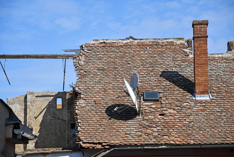 Στέγη ενός παλαιού κατεδαφισμένου κτηρίου στοκ εικόνα