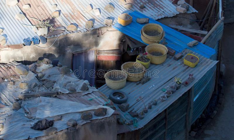 Στέγη ενός τυπικού σπιτιού στο Ανταναναρίβο της Μαδαγασκάρης στοκ φωτογραφία