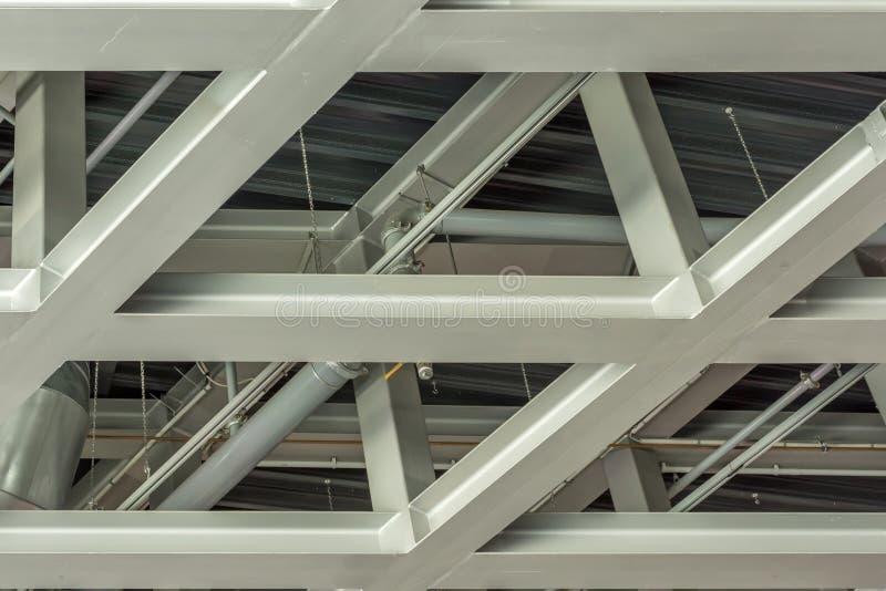 Στέγη μιας αποθήκης εμπορευμάτων φιαγμένης από πλαίσιο χάλυβα στοκ φωτογραφίες με δικαίωμα ελεύθερης χρήσης
