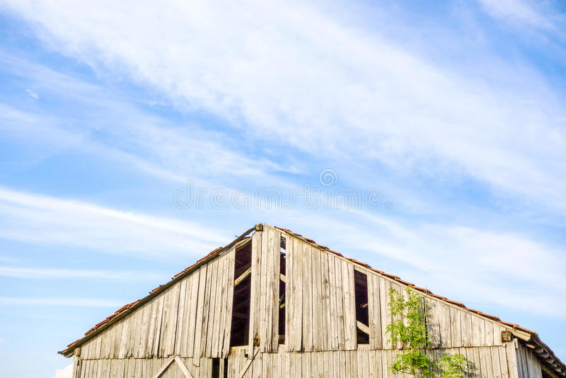 Στέγη μιας παλαιάς σπασμένης σιταποθήκης στοκ φωτογραφίες